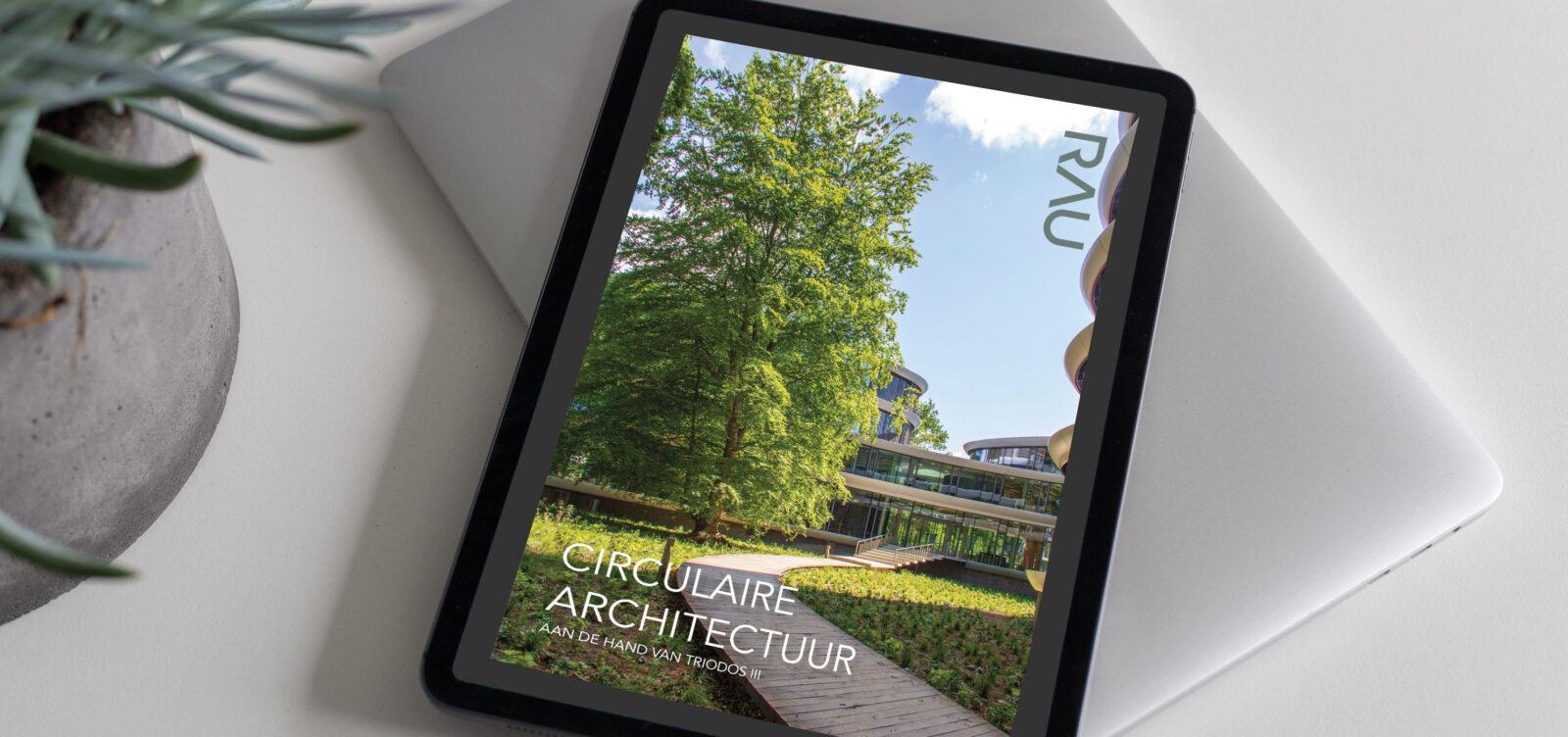 Foto met iPad waarop de omslag van het RAU lookbook over circulaire architectuur te zien is